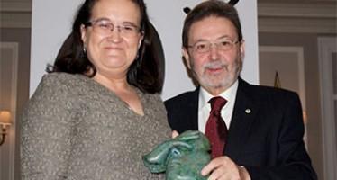 María Escalante recoge el premio a FEDER como Fundación del año