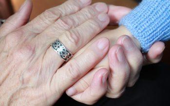 El 72% de los abuelos españoles ayuda en el cuidado de los nietos
