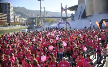 Multitudinaria carrera contra el cáncer de mama en Bilbao