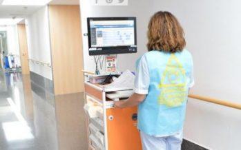 El Hospital de Dénia coloca chalecos a sus enfermeras durante el reparto de la medicación