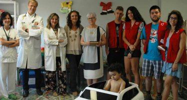 Cruz Roja dona un coche eléctrico al Hospital de Guadalajara para que los niños vayan al quirófano