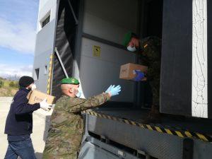 militares sacando mercancia de un camion