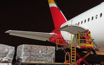 El primer avión del corredor aéreo sanitario llega a España