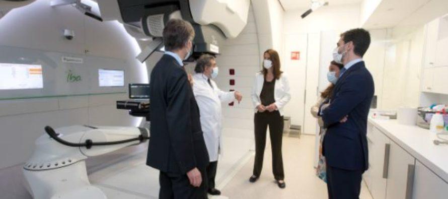 La ministra de Asuntos Exteriores y el embajador de Bélgica visitan el Centro de Protonterapia Quirónsalud
