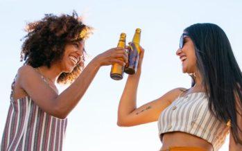 Consumir alcohol en la adolescencia duplica el riesgo de padecer cáncer de mama